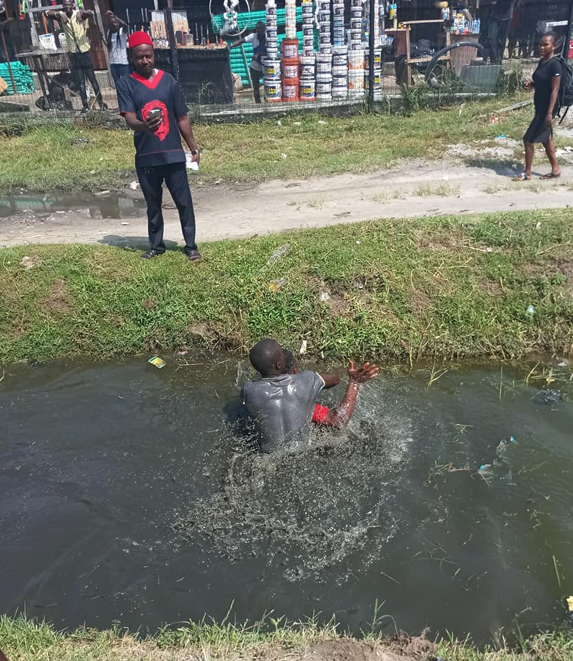 Driver And Conductor Fight In A Gutter In Lekki, Lagos Over Payment