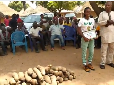 Benue community gifts 80 tubers of yam to serving corps member who erected a borehole water system for them(photos/video)